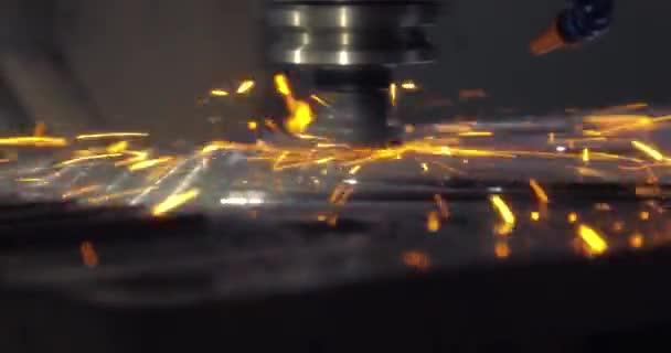 Průmyslový laserový stroj vyjme části z ocelového plechu. Tepla. Jiskry při práci s výrobním strojem v továrně. Rozostření pohybu.