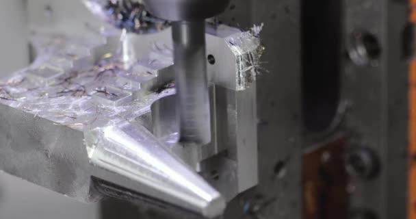 Macchina di lavorazione del metallo programmabile automatizzata. Braccio robot industriale con calibri. Esposizione della lavorazione dei metalli.