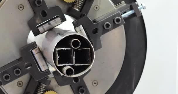 Automatizované naprogramované stroje na zpracování kovů. Průmyslový laserový stroj vyjme části z ocelového plechu. Tepla. Jiskry během provozu výrobního stroje v továrně.