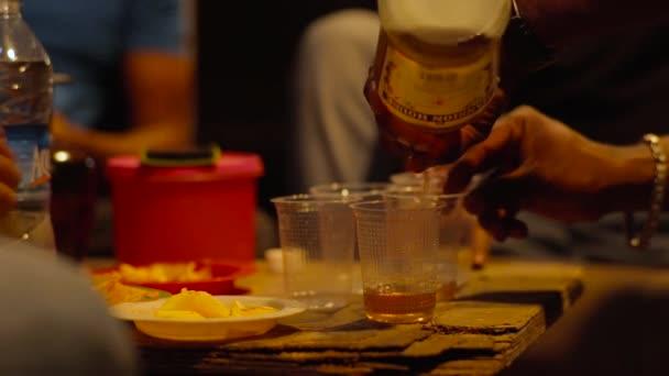 Skupina lidí pít šampaňské, rodinnou oslavu, přátel večírek, oslava narozenin