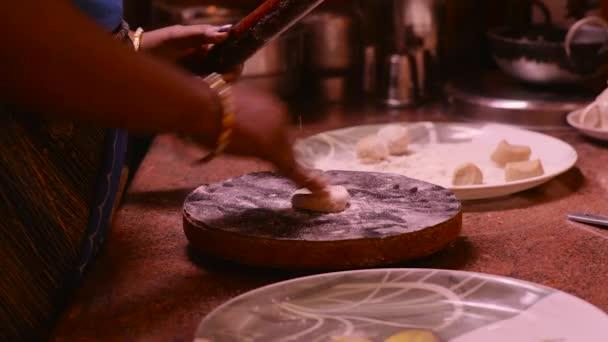 Ženy připravuje Chapatis v kuchyni, interiér domu