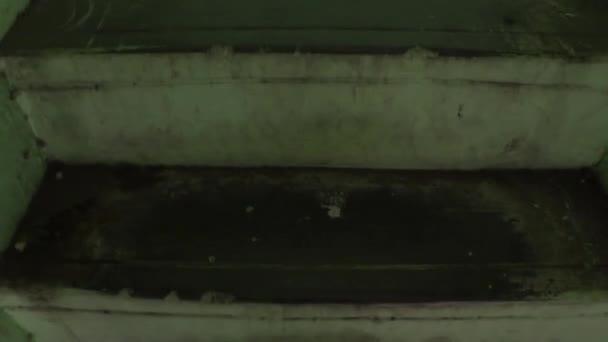 kamera se pohybuje nahoru, Climbing schody v prázdné opuštěné budovy