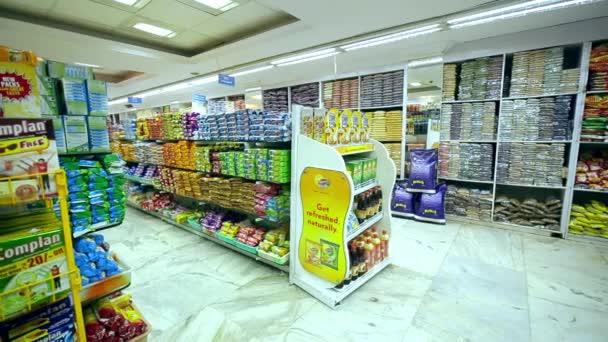 Chennai, Indie-duben 05, 2019: vnitřní záběr městského supermarketu, různé značky v obalech na prodej na stánku supermarketů.