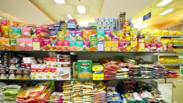 Chennai, Indie-duben 05, 2019: skladové police s různými druhy různých balených výrobků v supermarketu. Různé druhy koláčků na poličce v supermarketu. Dolly