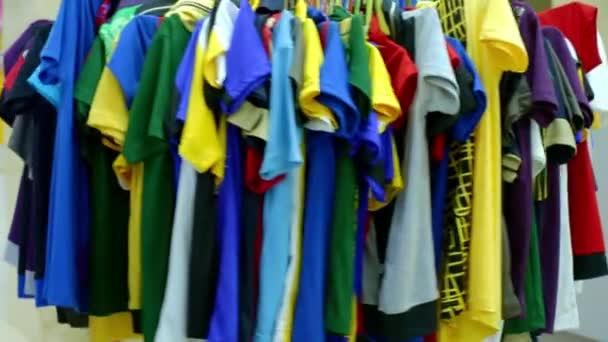 kulatý věšák je rozmanitých stylových pletených pestrobarevných zavěšených na módním obchodě v nákupním středisku nebo nákupním středisku