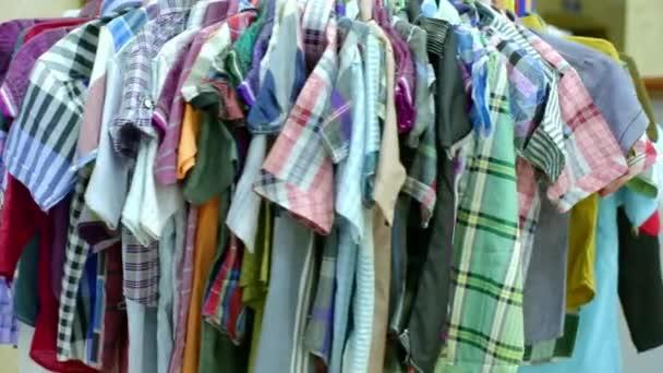 Různé druhy věšáku v šatech se otáčí s jasně barevnými módními šaty