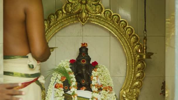Hindu emberek teszik Puja imádkozni Istenért Vinayagar templomban