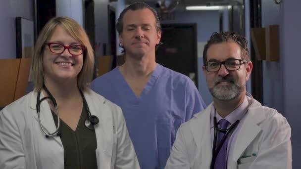Portrét tří lékařských profesionálů, kteří se dívali na fotoaparát v pomalém pohybu