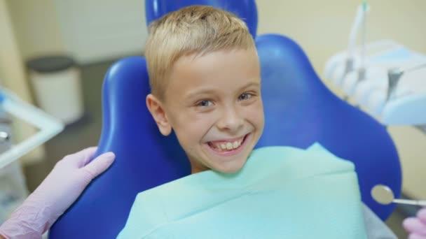 Zahnarzt behandelt seine Zähne und füllt Hohlraum in moderner Klinik