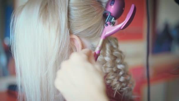 Mosolyogva tesz coiffure csinos, fiatal nő, hosszú tisztességes haj fodrászat, női fodrász