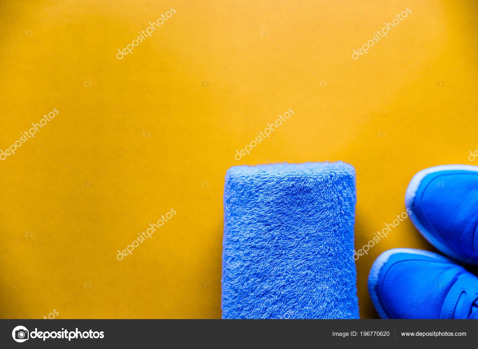 34116fe7872 Επίπεδη Βάλτε αθλητικά παπούτσια, μπουκάλι νερό, πετσέτα σε κίτρινο ...