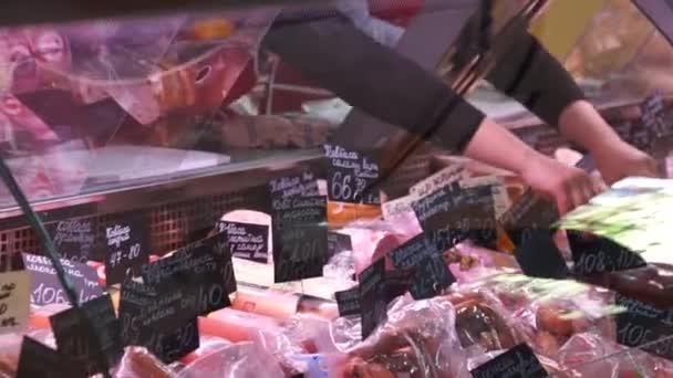 Egy nő hús a boltban vásárol.