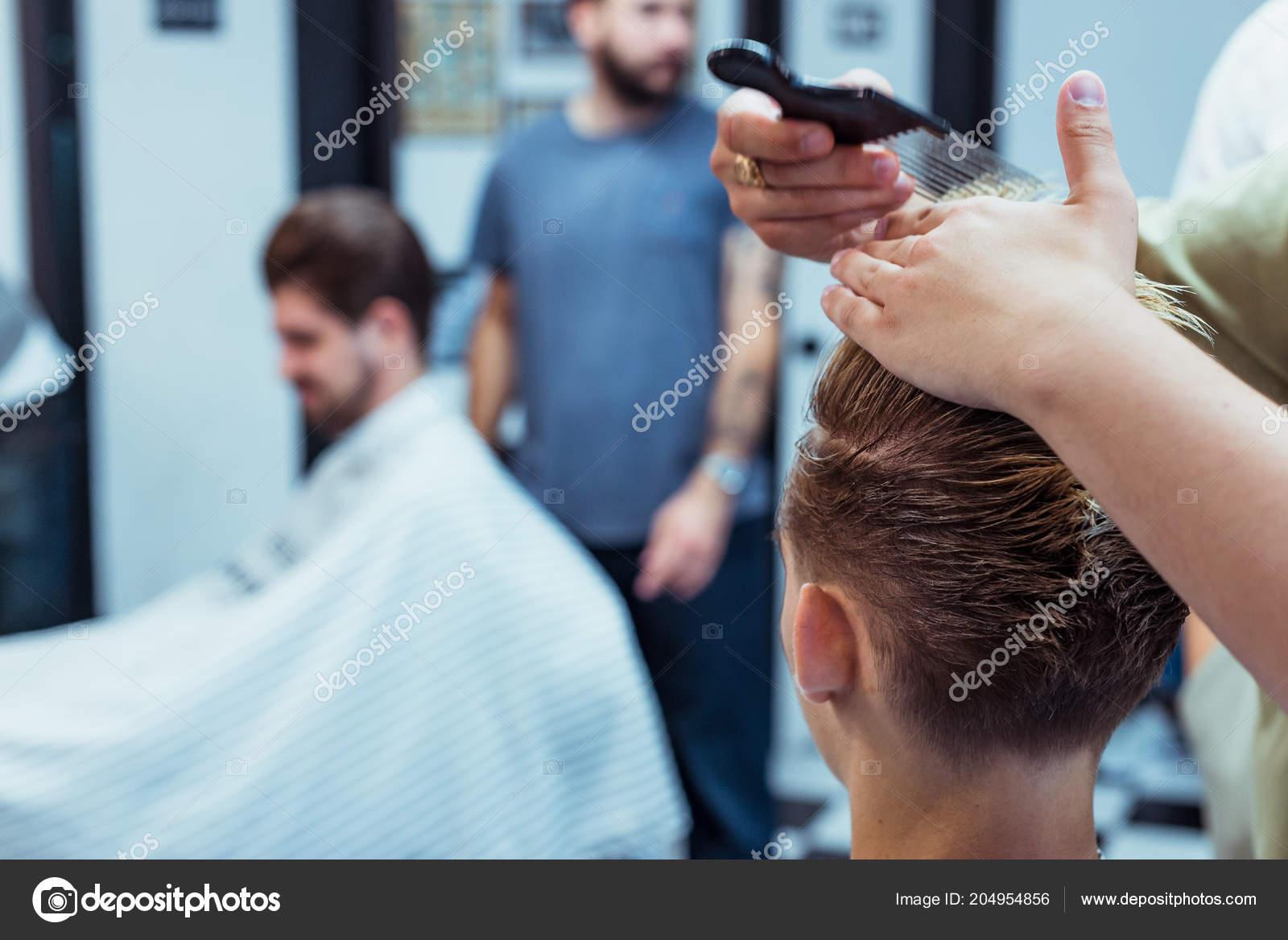 Del Barbiere In Auto Elettrica Di Barbershop Taglio Capelli
