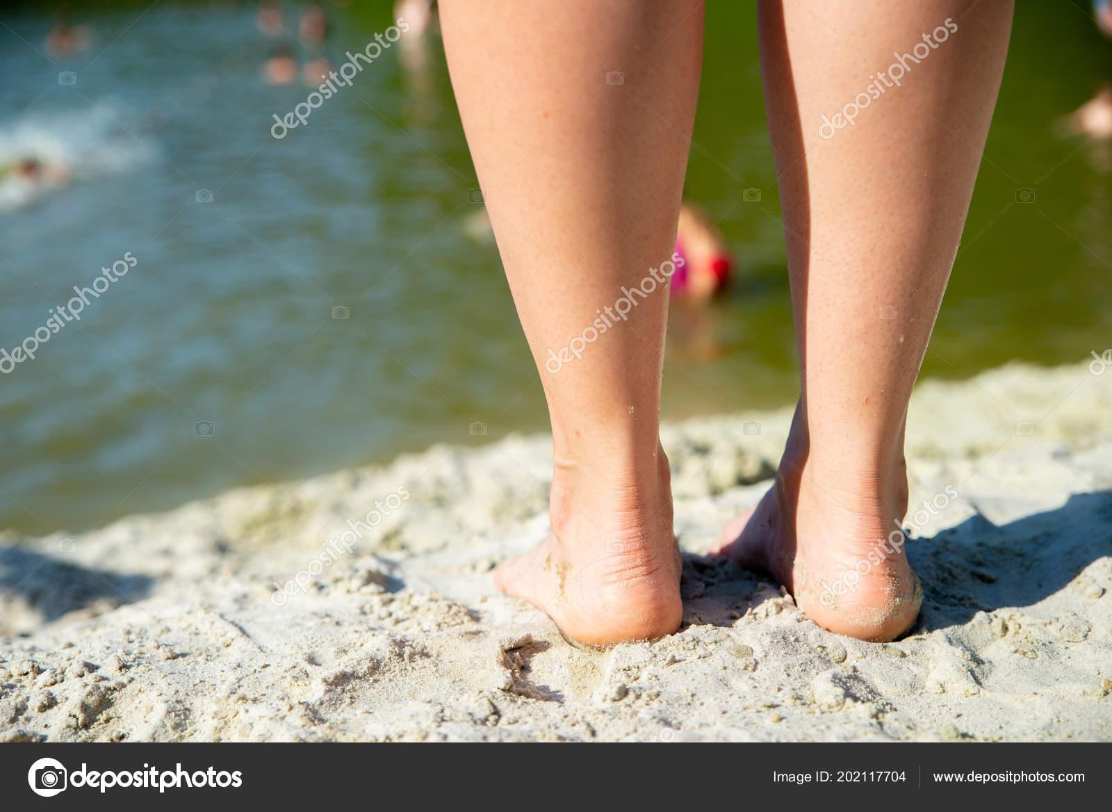 dde6ee0f9c Κλείνω Πόδια Της Γυναίκας Πόδια Από Την Παραλία Άμμο Έννοια– εικόνα αρχείου