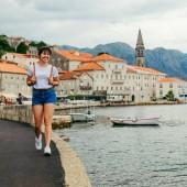 portrét krásné ženy Staré Evropské město na pozadí. výlet do Černé hory