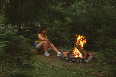 Orman Yangın yakındaki oturan kadın. kopya alanı