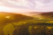 a légi felvétel a Kárpátok, a sunset. Magic köd
