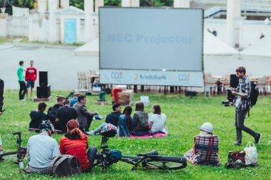 Lviv, Ukrayna-Temmuz 12, 2019: insanlar film izlemek için şehir parkında toplandı