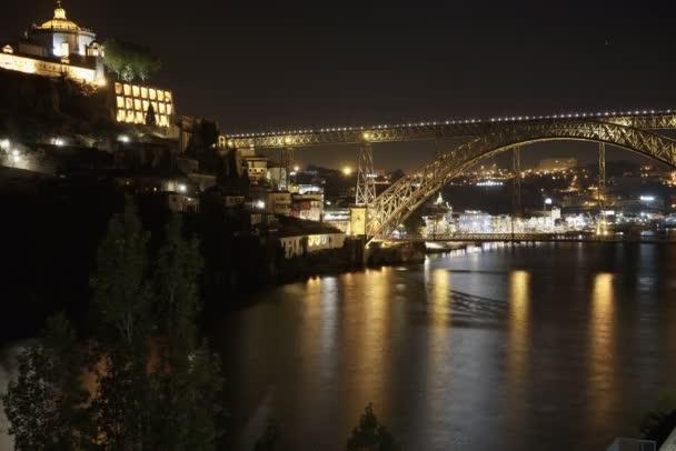 Porto, Portugalsko Dom Luis I most pohled přes řeku Douro 6 k noční časová prodleva. Klášter svatého Augustina Serra do Pilar osvětlené pohled. Vila Nova de Gaia oblast viditelná v pozadí.
