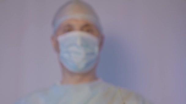 Orvos sebész, mutat egy fecskendő vakcinával. Arra készül, hogy a beteg az injekciót. Közeli kép:.