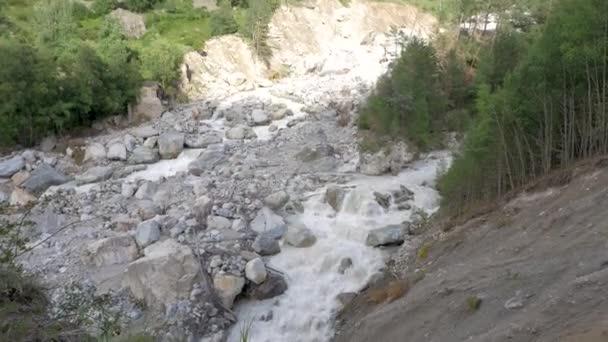 Panorama horské řeky v horách Kavkazu. Pohled z vrcholu