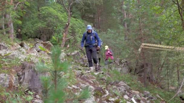 Rodina: otec, syn a matka, chůzi po horské stezce. Cestují v horách Kavkazu s batohy za ramena. Zpomalený pohyb