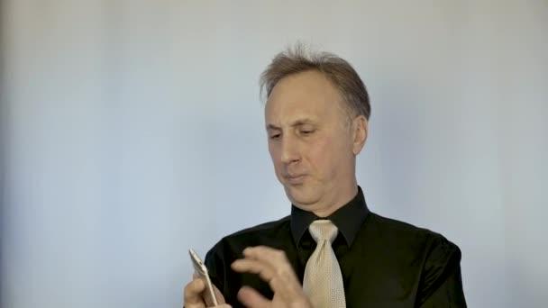 Podnikatel přeruší svůj smartphone. Hněv a podráždění.
