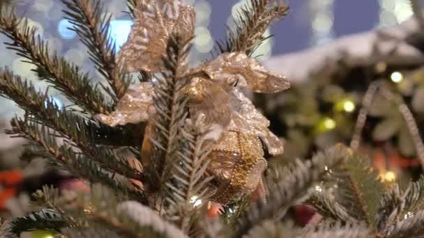 Karácsonyi fa díszített csillogó karácsonyi díszek.