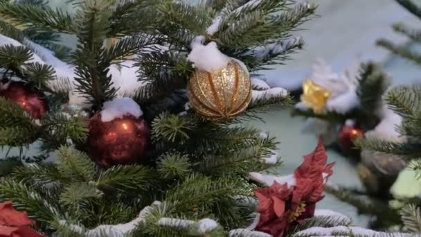 Vánoční strom zdobí třpytivé vánoční ozdoby.