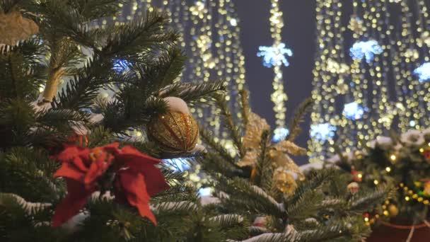 Karácsonyi játékok lóg a fenyő ága. Ünnepi dekoráció a város. A fókusz ünnepi fények.