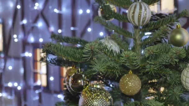 Slavnostní vánoční hračky zdobí ulice města. Ze zaměření modrá světla.