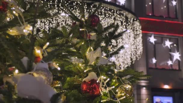 Vánoční ozdoby na ulicích velkých měst. Ze zaměření lidé nakupovat.