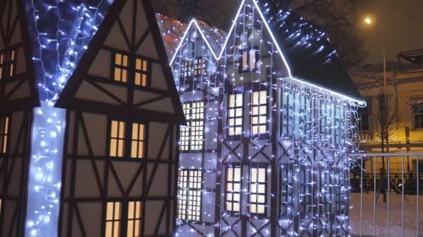 Skvělé Vánoční ozdoby na ulicích města jsou zařízeny s luminiscenční girlandy