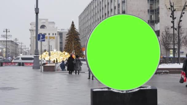 Velký kulatý billboard s zeleným plátnem, nainstalovány na ulici, který je zařízen pro nový rok.