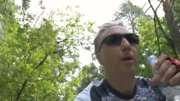 žíznivý nápoj a nalévá voda jízda na kole v lese