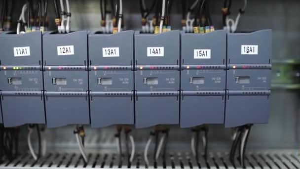 Elektrikář zapne jističe a spustí systém