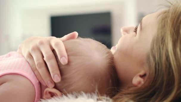 Matka dítě pÛdû. Roztomilé dítě spát v matka embarce