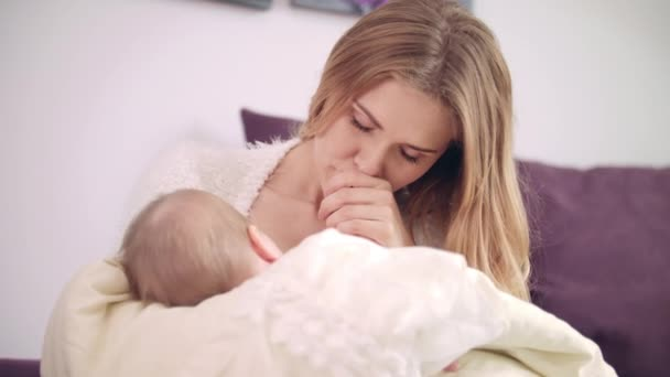 Schöne Frau Brust Fütterung Baby. Fröhliche Mutter genießen Sie stillen