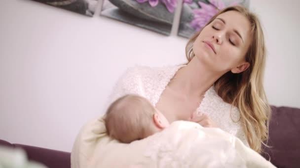 Krásná maminka kojení dítěte. Snová matka kojení dcera