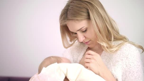 Feminine frau genießen stillen Kind. Mutter Stillen Kind