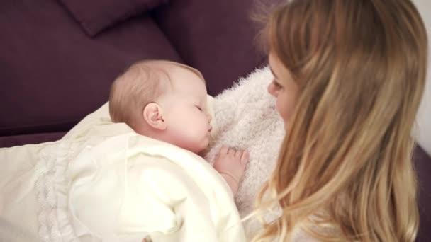 Rozkošné dítě spící na matku rukou. Batole spát v objetí, matka