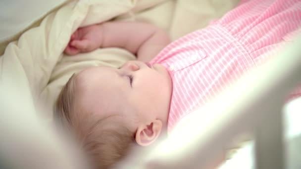 Gyönyörű lány gyermekágy alszik. Álmodozás, alvás. A kiságyban alszik lány gyermek