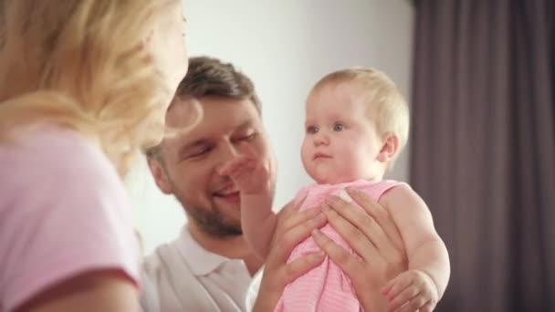 Matka je hlavou pro miminko. Radostné rodinné bavit. Roztomilé kojenecké úsměv mamince