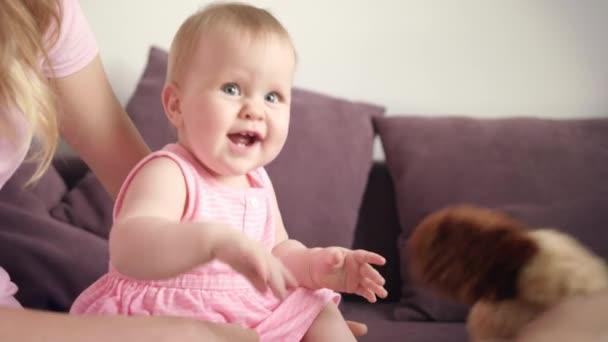 Roztomilý baby dítě s úsměvem v objetí, matka. Sladké dětství