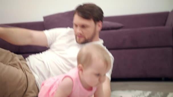 Rozkošné dítě hrát si s otcem. Kojence procházení k mámě. Batole dívka procházení