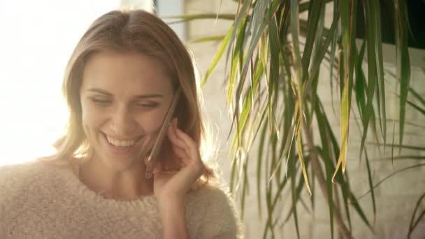 Lächelnde Frau am Telefon sprechen. Glückliche Frau haben mobile Unterhaltung