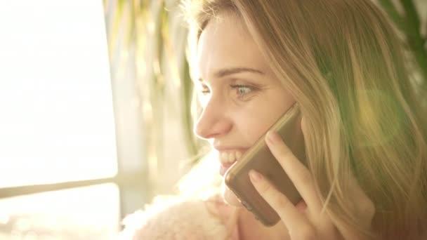 Schöne Frau sprechende Telefon. Porträt des sprechenden Frau Lächeln im Sonnenlicht
