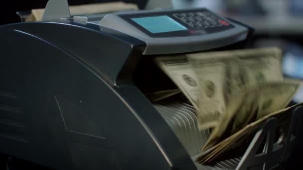 Automatikus Készpénzszámlálási gép számítási 100 dolláros bankjegy. Valuta számolás gép. Hitel- és betéti ajánlat. Pénzváltó-bank szolgáltatás. Pénzügyi üzleti koncepció