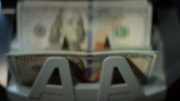 Nás dolarů bankovky na stroje měny počítadlo. Papírové peníze výpočet