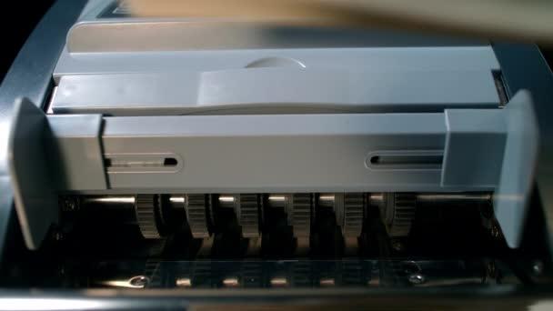 Počítací stroj na peníze. Hotovostní peněžní operace. Počítání nás dolarů bankovky